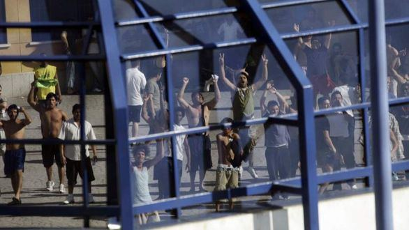 Once policías heridos en un intento de fuga de inmigrantes en un CIE de Madrid