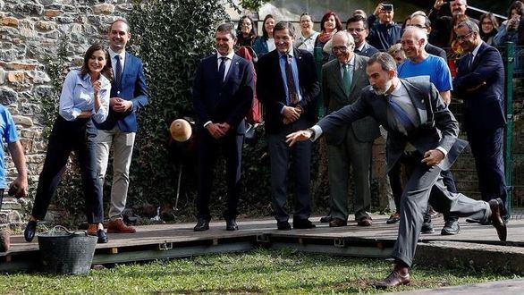 El Rey juega al bolo vaqueiro en la visita a la aldea asturiana de Moal