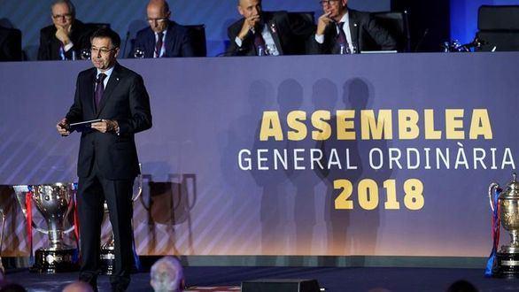 El cambio de escudo calienta la Asamblea del Barcelona