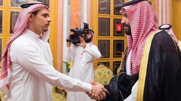 Un hijo de Khashoggi es obligado a dar la mano al príncipe saudí