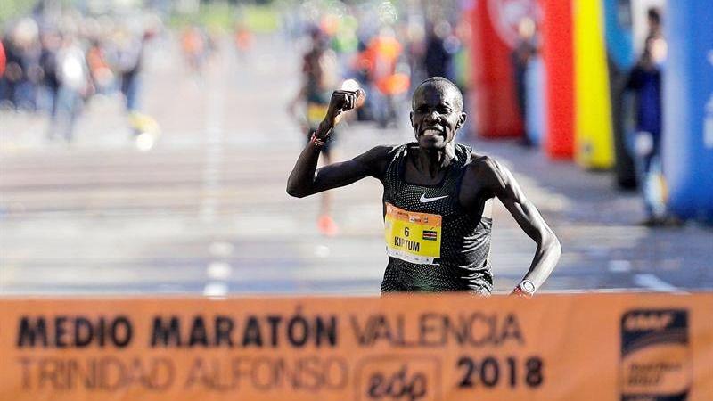 El keniano Kiptum bate el récord de medio maratón en Valencia