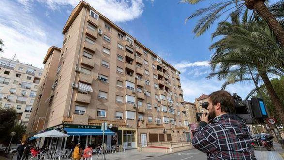 Una mujer se lanza desde un sexto piso con su hijo en Murcia