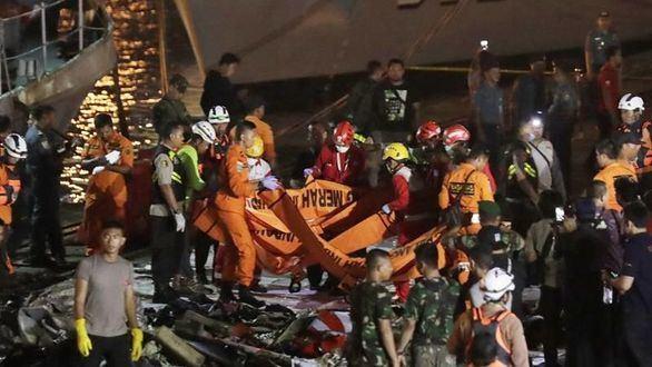 Miembros de los servicios de rescate recuperan cuerpos de las víctimas del avión accidentado.