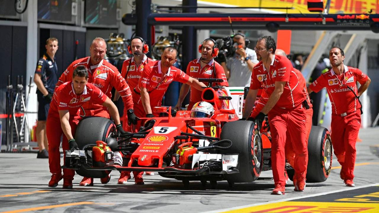 Vettel se confirma como impermeable a las críticas en Ferrari
