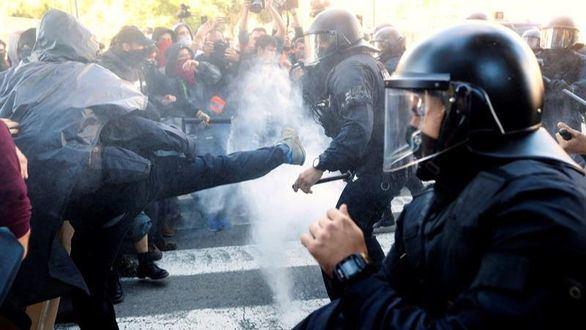 Los Mossos cargan contra los CDR que buscaban a los policías