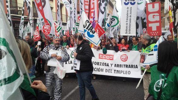 Miles de funcionarios de Justicia secundan la huelga contra los traslados forzosos