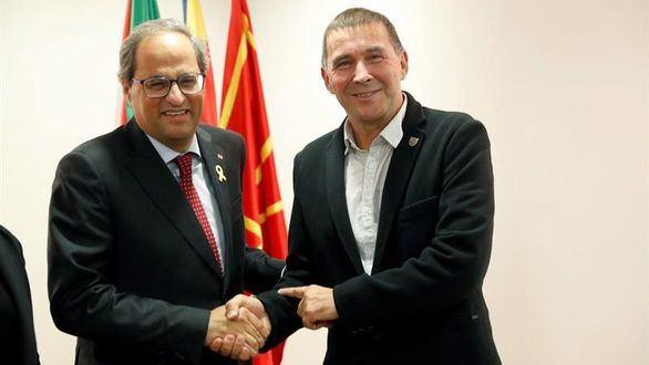 El presidente de la Generalidad, Quim Torra, posa junto al dirigente de EH Bildu, Arnaldo Otegui.