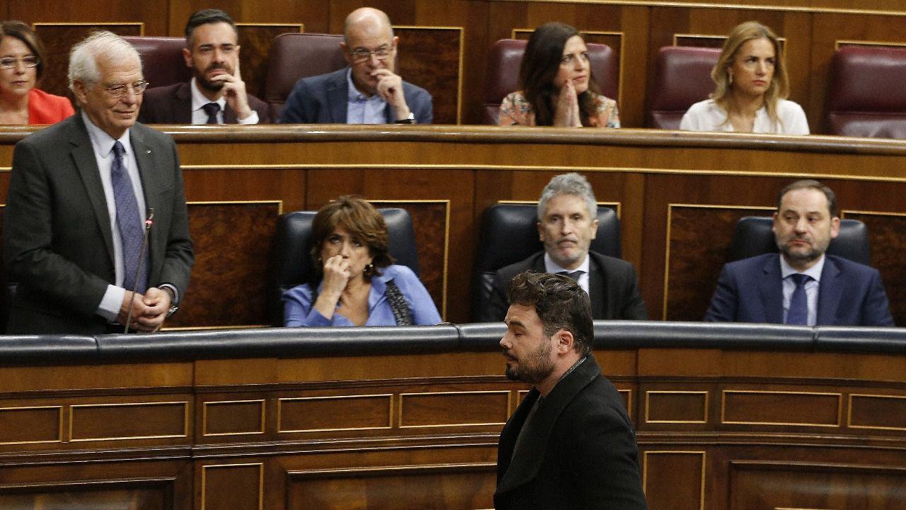 Pastor expulsa a Rufián y un diputado de ERC escupe a Borrell