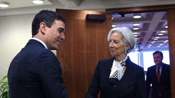 La presidenta del FMI, Christine Lagarde saluda a Pedro Sánchez.