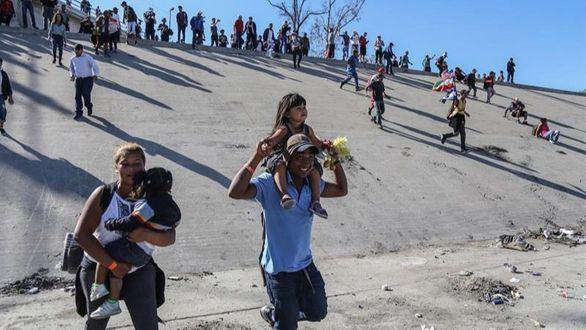 EEUU repele con gas lacrimógeno el intento de un centenar de migrantes de cruzar el muro