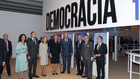 Los Reyes inauguran la exposición 'Democracia 1978-2018' de