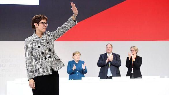 Annegret Kramp-Karrenbauer reacciona tras ser elegida como nueva presidenta del partido Unión Cristianodemócrata alemana.