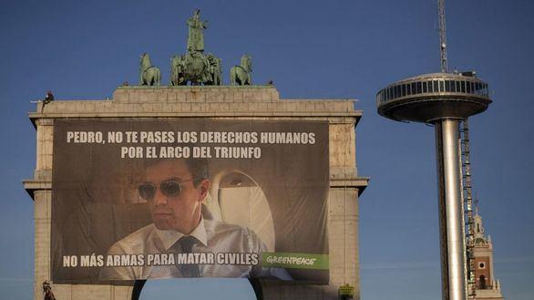 Greenpeace despliega un meme gigante de Sánchez contra la venta de armas