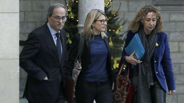 El presidente de la Generalidad, Quim Torra, acompañado por la las conselleras de Presidencia, Elsa Artadi, y de Justicia, Ester Capella.
