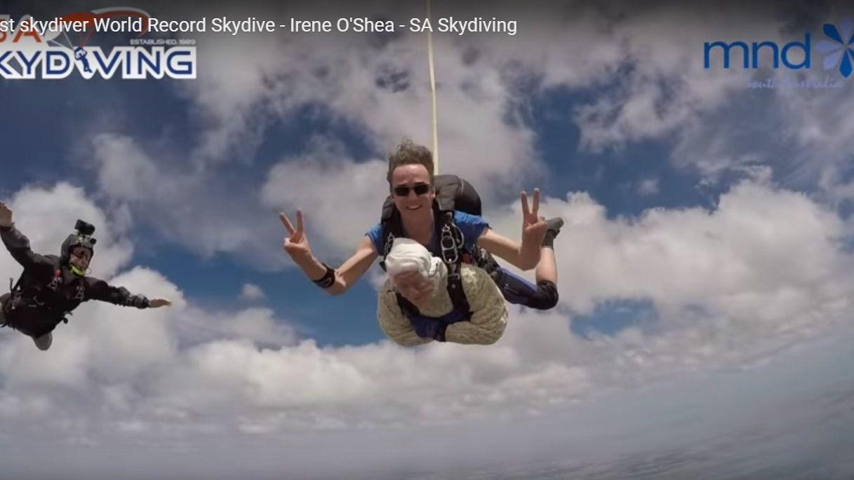 Una bisabuela de 102 años cumple su sueño: vuela en paracaídas
