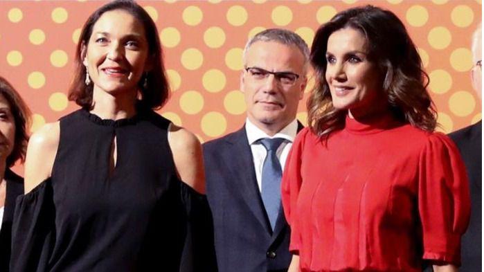 La Reina Letizia se viste de la Reina Sofía para entregar los premios de la moda