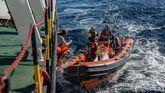 Sánchez invita a desembarcar a los 300 inmigrantes del Open Arms