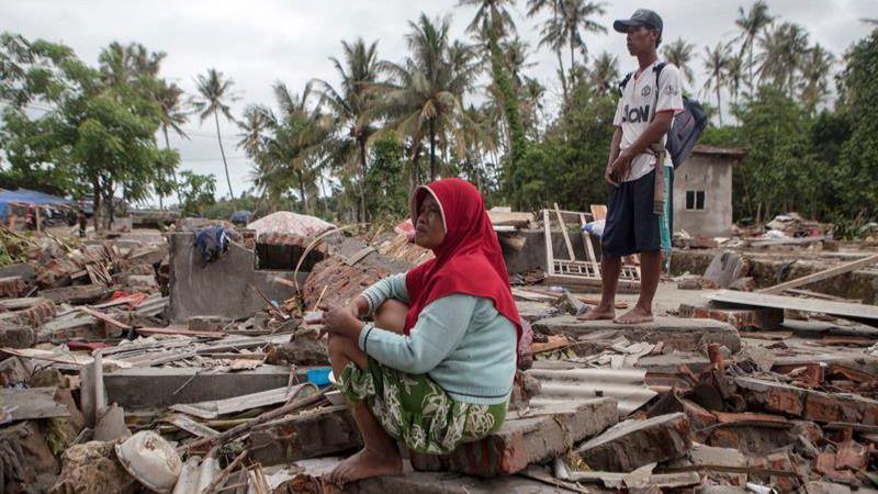 Aumentan a 430 los muertos por el tsunami que asoló la costa indonesia