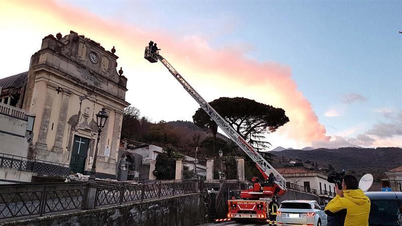 La región de Sicilia declara el estado de calamidad tras el sismo y la erupción del Etna