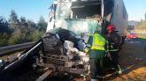 Imagen facilitada por la Guardia Civil de una colisión entre dos camiones en la autovía del Noroeste, la A-6, a su paso por Coirós (A Coruña).