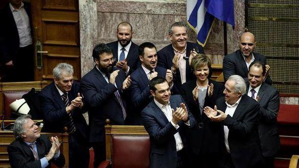 Tsipras supera una cuestión de confianza solicitada por él