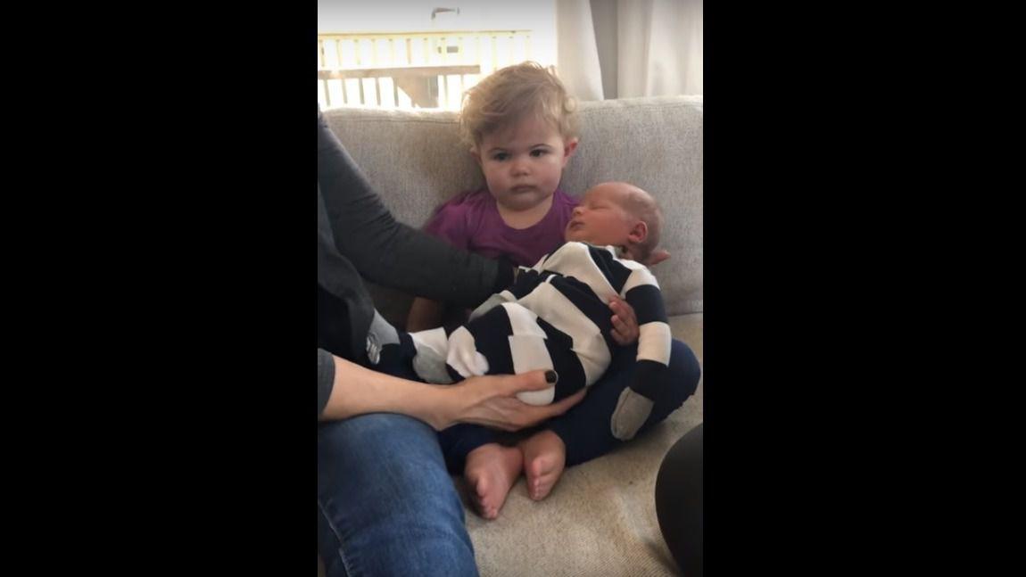 La indiferencia de una niña cuando conoce por primera vez a su hermano