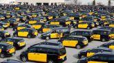 Centenares de taxistas durante la asamblea que han celebrado en el aparcamiento de la T2 del Aeropuerto de El Prat.