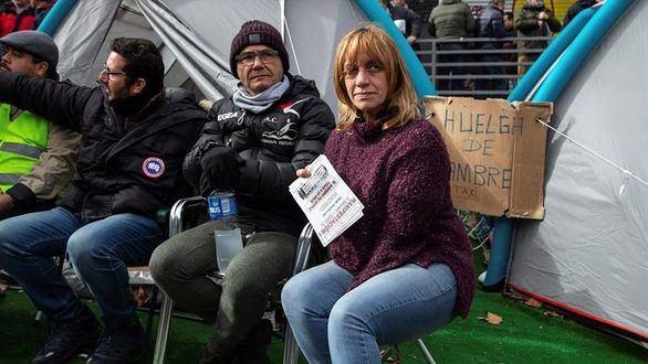Los taxistas madrileños renuncian a su 'línea roja' pero acampan en Sol