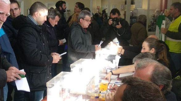 Los taxistas votan si sigue la huelga