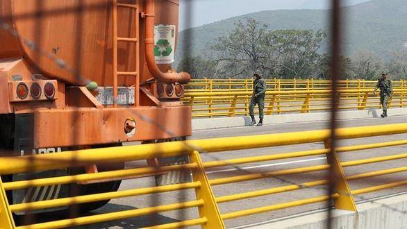 Miembros de la Guardia Nacional Bolivariana bloquean el paso este miércoles en el puente Tienditas.