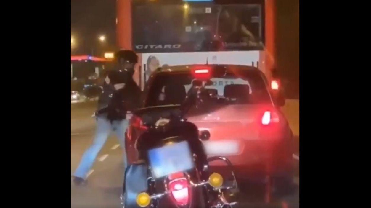 La brutal agresión de un motorista a un conductor en Barcelona
