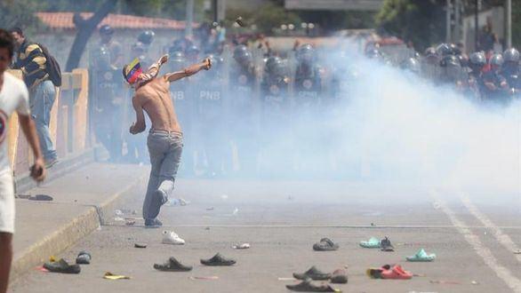 El Ejército venezolano reprime e impide la entrada de ayuda humanitaria