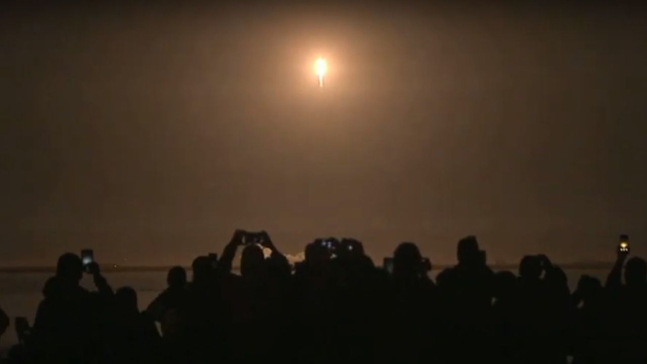 SpaceX lanza con éxito la primera cápsula para llevar astronautas a la EEI