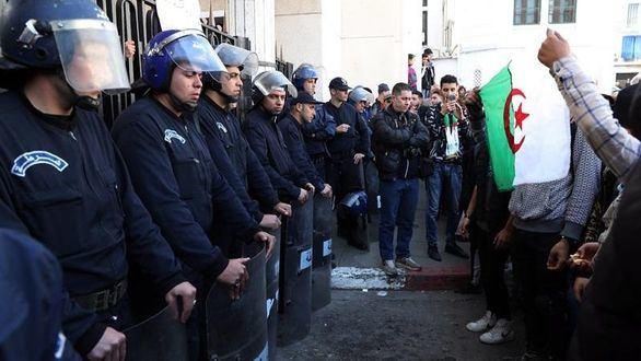 Buteflika presenta su candidatura a la reelección pese a las protestas