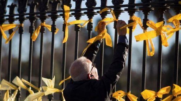 Borrell advierte a los separatistas: el Estado tiene 'instrumentos' para retirar los lazos amarillos