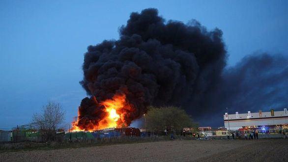 Controlado el incendio en una planta de reciclaje de Alcorcón
