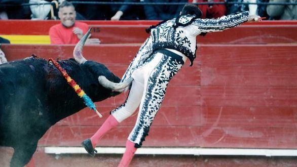 Enrique Ponce sufre una aparatosa cogida en la penúltima de Fallas