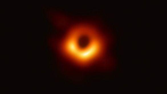 La imagen muestra un anillo brillante formado cuando la luz se curva en la gravedad intensa alrededor de un agujero negro que es 6.500 millones de veces más masivo que el Sol.