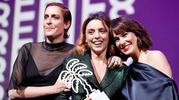 Las actrices españolas Aixa Villagran (i), Leticia Dolera (c) y Celia Freijeiro (d) posan después de ganar el premio a Mejor Serie para televisión con 'Perfect Life' en el Festival Cannes Series en Cannes (Francia).