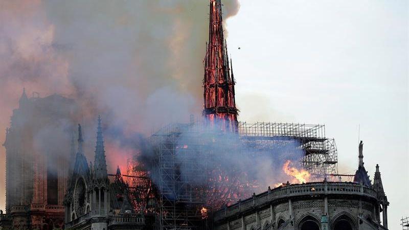 Así cayó la aguja de Notre Dame devorada por las llamas