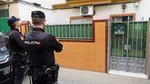 Dos agentes de la Policía Nacional durante el registro esta tarde de la casa en la calle Ortega y Gasset de la capital andaluza donde residía el presunto yihadista.