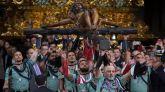 """Efectivos de la Compañía de Honores del Grupo de Caballería Ligero Acorazado """"Reyes Católicos"""" de la Brigada de la Legión participan este jueves en el tradicional acto de traslado del Cristo de la Buena Muerte de Málaga."""
