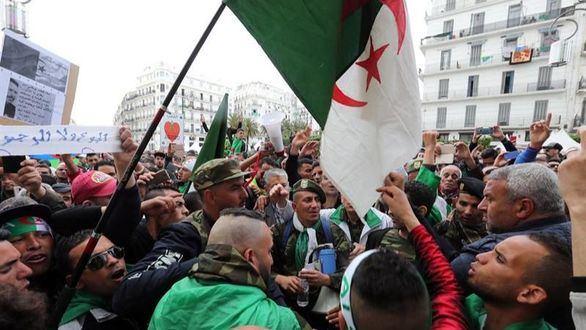 Los argelinos mantienen el pulso para derrocar el régimen político
