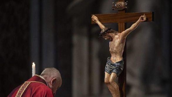 El Papa lamenta en el Via Crucis que los migrantes tengan la puerta cerrada