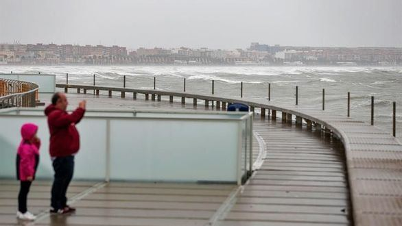 El temporal pierde fuerza y reabre el tráfico marítimo en puerto de Valencia