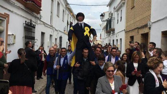 Vecinos de Sevilla queman un Judas que representa al expresidente Puigdemont