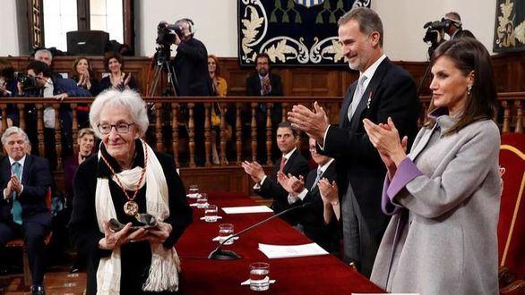 La poeta uruguaya Ida Vitale recibe el Premio Cervantes de manos de Felipe VI