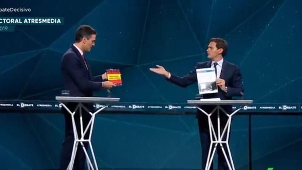Rivera le lleva a Sánchez su tesis y este le regala el libro de Abascal