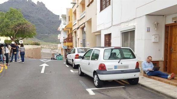 Medios de comunicación permanecen en las puertas de la vivienda del presunto autor de la muerte de su mujer y su hijo de 10 años en Adeje, al sur de Tenerife.
