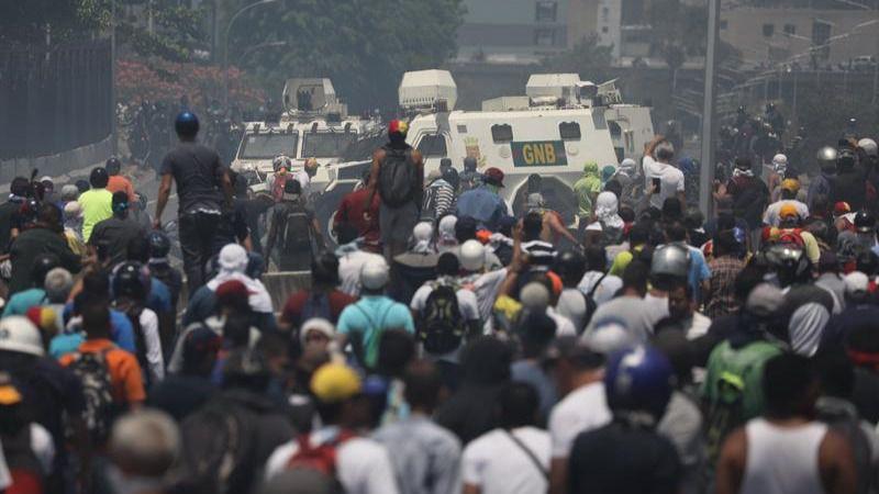 Una tanqueta arrolla a manifestantes en los disturbios